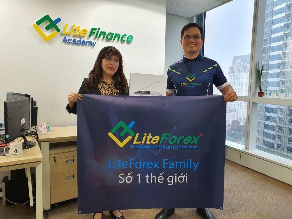 """LiteForex trao tặng chiếc Macbook cho khách hàng may mắn trong chương trình """"LiteForex chúc mừng năm mới 2020"""""""